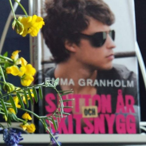 The #Swedish #yaauthor Emma Granholm has written a #yabook named Sjutton år och skitsnygg (translated into Seventeen and smoking hot)  En #bok på min långa att-läsa-lista jag har på #goodreads  #toreadlist #ya #ungdomsbok #yabooks #youngadult #bookstagram #bookcover #Swedishedition #instabooks #emmagranholm #boktipsungdom #ireadya #yalovin #boktips #yabookstagram #Swedish #sjuttonårochskitsnygg