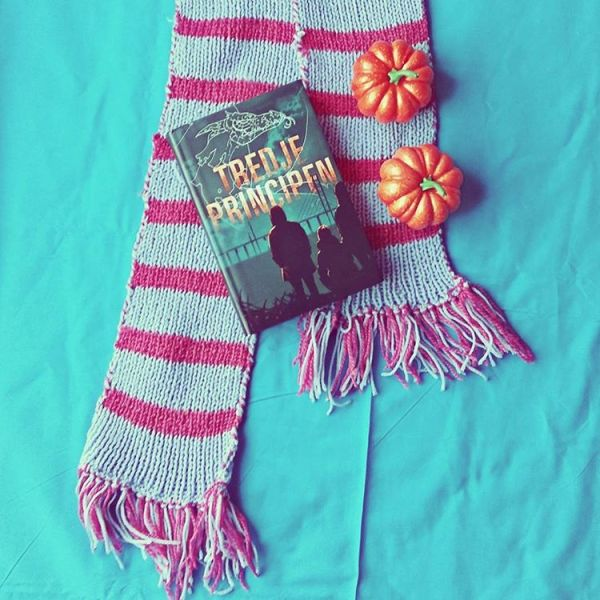#octoberbookworldchallenge topic is the letter T and this is the #Swedishedition of Article Three by Anna Jakobsson Lund and in #swedish the book is called Tredje principen which starts with the letter T. #bookstagram #bookchallenge #octoberbookchallenge #bookcovers #booksandscarf #instabooks #ungdomsbok #swedish #tredjeprincipen #systemtrilogy #annajakobssonlund #articlethree #booksandpumpkins #dystopiansociety #systemet #fightthepower #fightthesystem #dystopianfiction #öresundsbron #kiruna #sverige