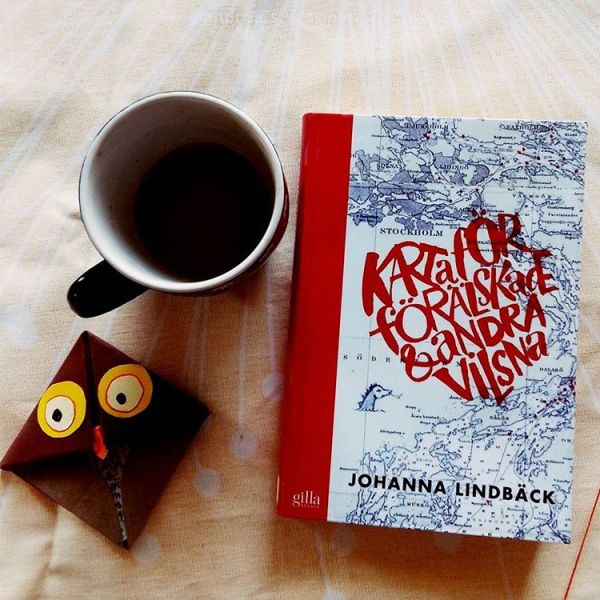 #readwritenovember topic is #currentlyreading and I'm reading Karta för förälskade & andra vilsna by Johanna Lindbäck it's a #Swedish #youngadultbook and I'm half way in and I'm loving it so far. #bookstagram #bookchallenge #andiebookchallenges2017 #kartaförförälskadeochandravilsna #Johannalindbäck #johannalindbäckbooks #booksandcoffee #booksandowls #booksandbookmarkers #origamibookmarks #currentread #barnochungdomsböcker #ungdomslitteratur #ungdomsböcker #boktipsungdom #ireadya #biblophile