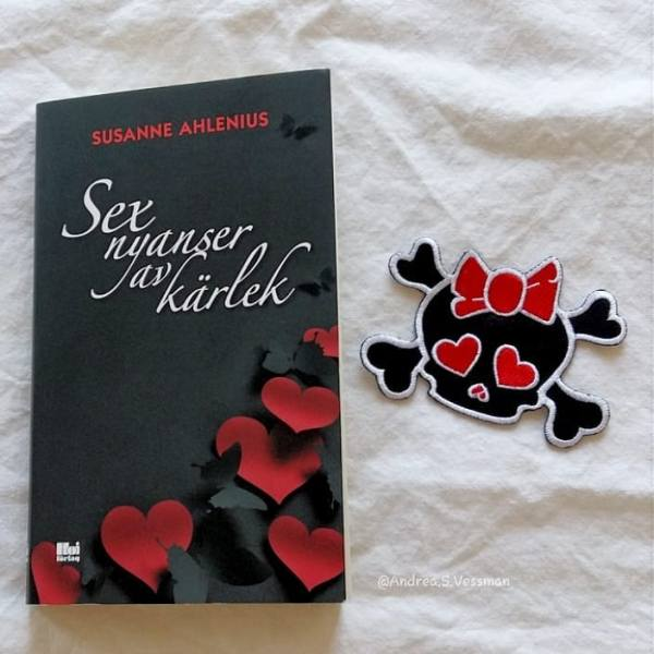 Sex nyanser av kärlek by Susanne Ahlenius is a collection of #shortstories in #swedish I've had the pleasure to read this book that is released today by @hoiforlag and I'll give it a solid 3 out of 5. It's not the best erotic stories I've read but they aren't bad. I will review this book in a longer post on my blog later today, but in Swedish. #bookstagram #bookcover #Swedishedition #instabooks #jagläser #iread #ireadromance #romancenovals #romance #pocketböcker #sexnyanseravkärlek #Susanneahlenius #hoiförlag